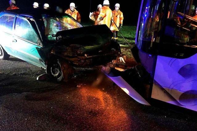 Autofahrer nach Frontalcrash mit Bus bei Freiamt schwer verletzt