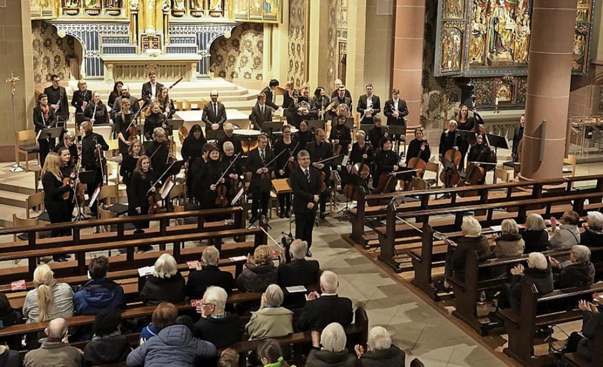 Das Sinfonische Orchester  erfüllte den Kirchenraum   mit seiner  Klangkultur.   | Foto: Wolfgang Adam