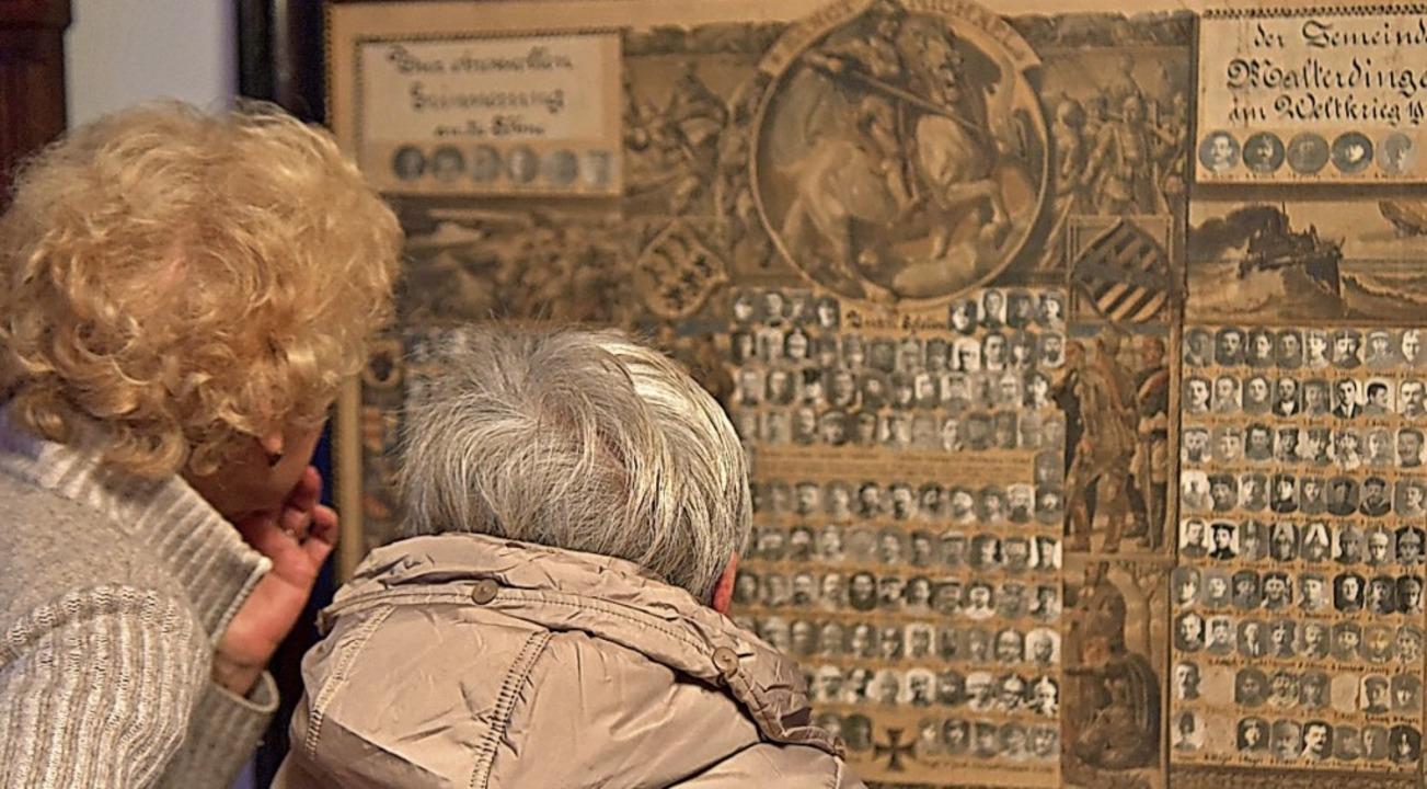 Auf die Suche nach Bekannten und Famil...hörigen begaben sich auch diese Gäste.    Foto: Benedikt Sommer