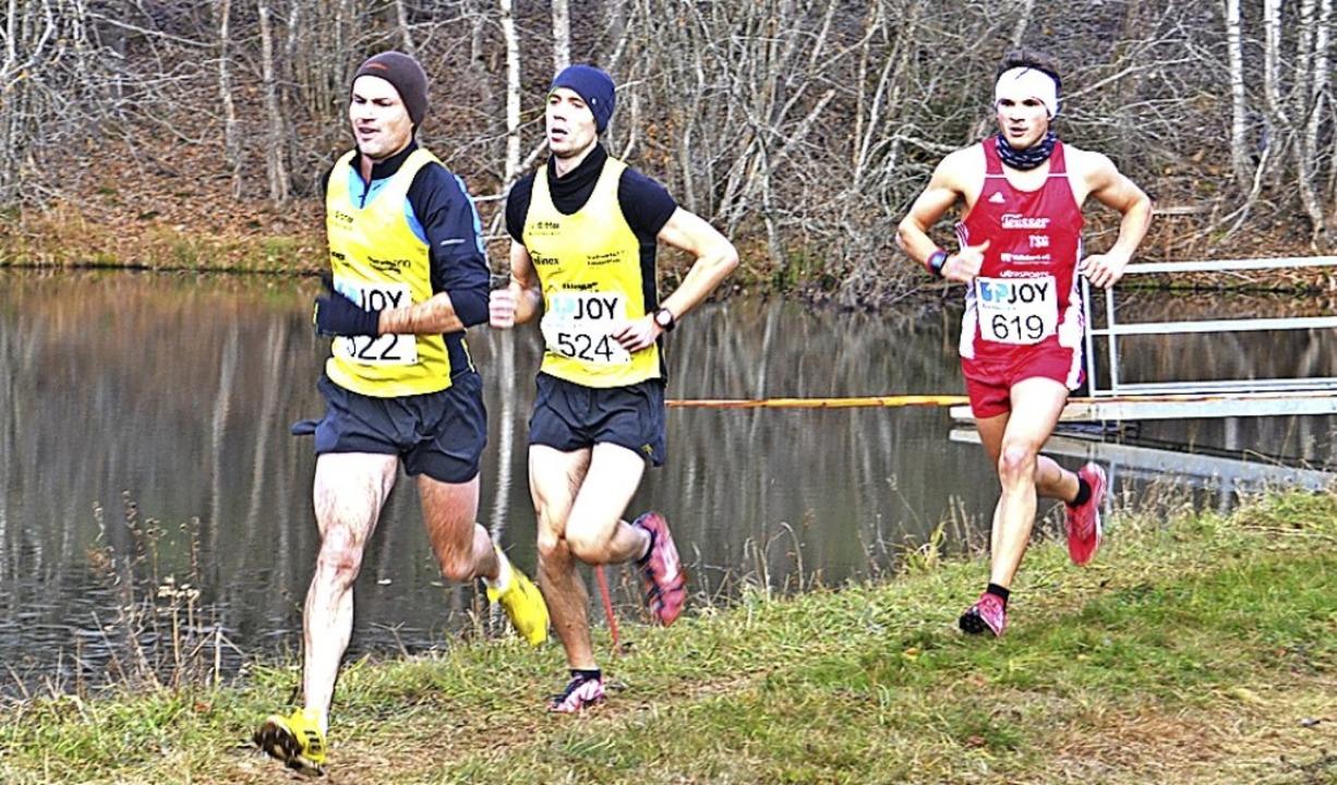 Dominik Sowieja (rechts) lief bis kurz...stieg unwiderstehlich zum Sieg davon.   | Foto: junkel
