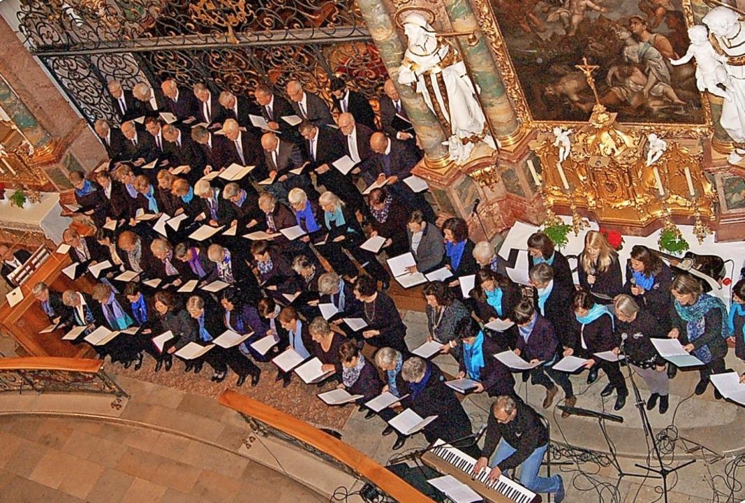 Beeindruckende Zahl: die Mitwirkenden ...ts zugunsten des Hallenbads St. Peter   | Foto: Ringwald