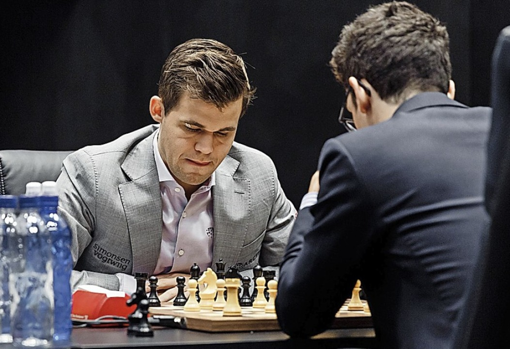 Gilt im Tiebreak gegen  Fabiano Caruana als Favorit: Magnus Carlsen (hinten).  | Foto: dpa