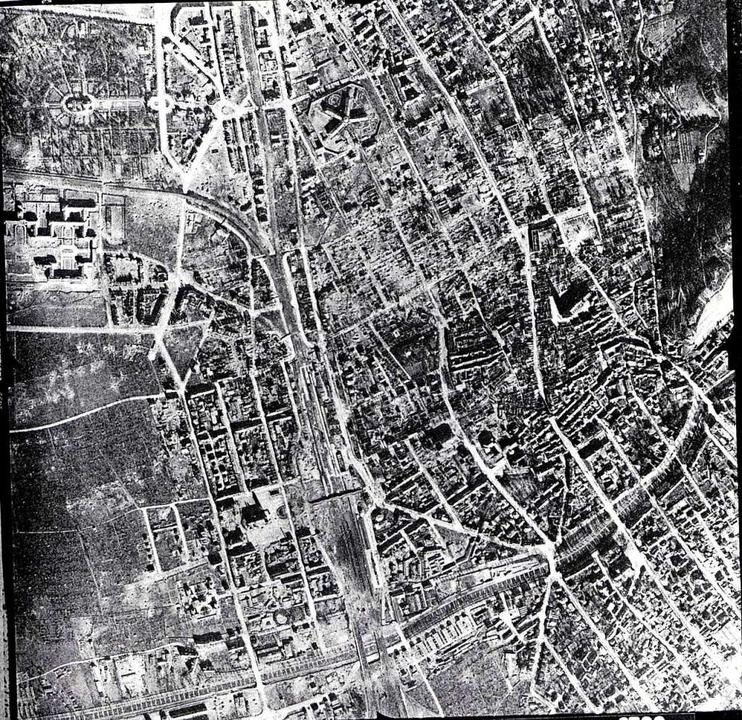 Luftbild vom zerstörten Freiburg 1945.  | Foto: Repro