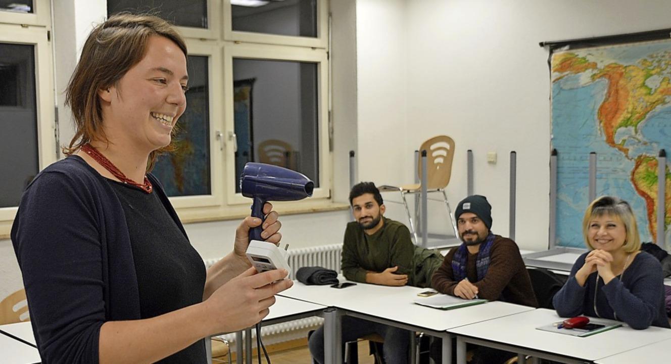 Franziska Kennemann von der Energieage... Energiekostenmessgerät funktioniert.   | Foto: Horatio Gollin