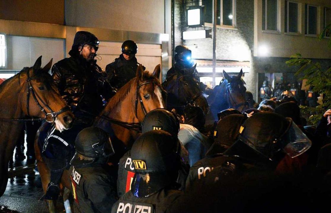 Die Reiterstaffel im Einsatz vor rund ...ration der AfD und den Gegenprotesten.  | Foto: Thomas Kunz