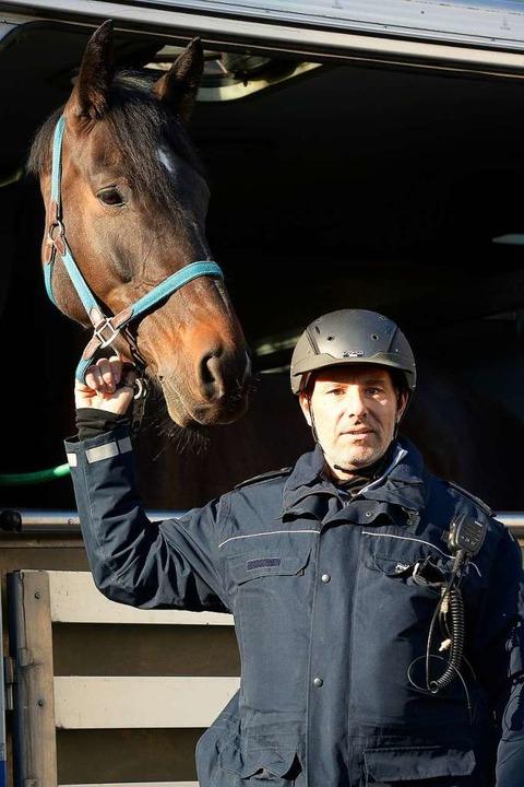 Polizeioberkommissar Ralf Münzer mit tierischen Kollegen.  | Foto: Ingo Schneider