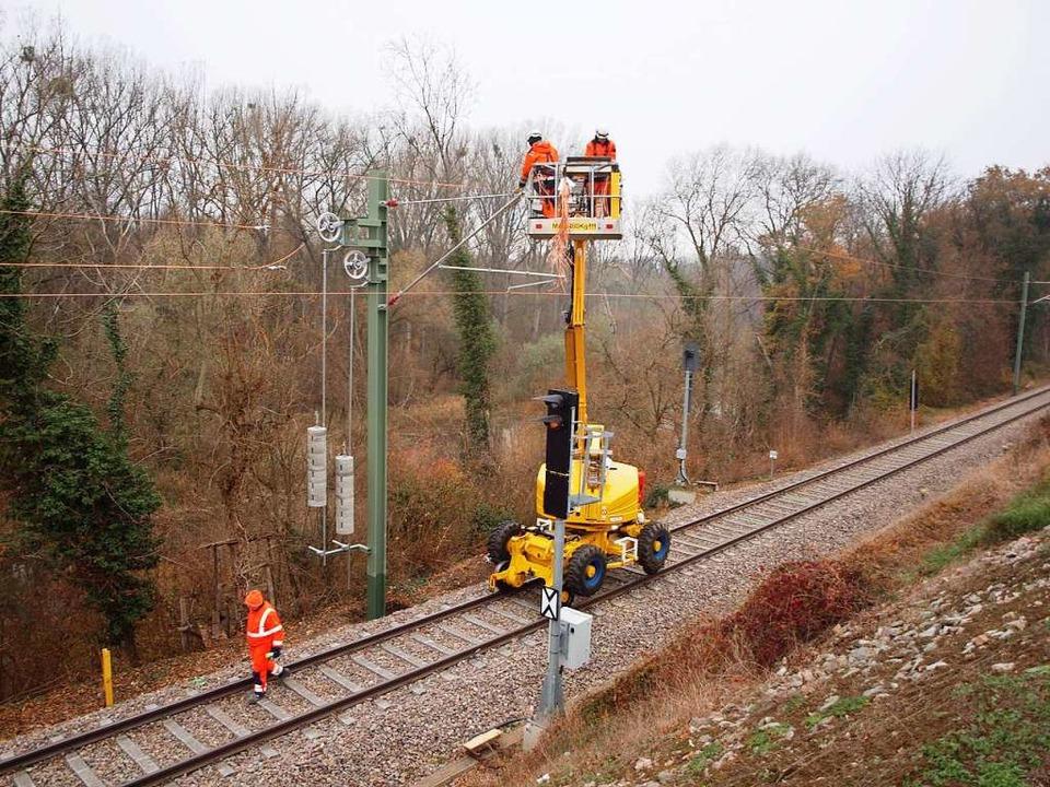 Montagearbeiten auf der Kaiserstuhlbah...tungen zwischen Jechtingen und Sasbach  | Foto: Michael Haberer