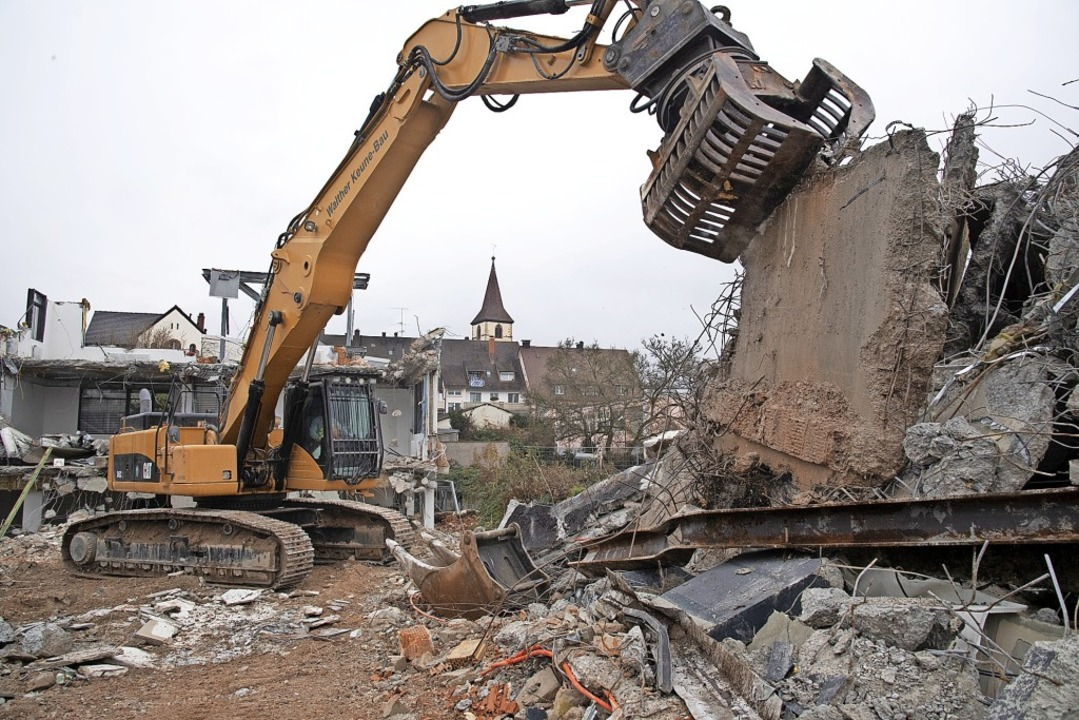 Der Rückbau der Sparkasse schreitet mä...ten Quartal 2019 soll Baubeginn sein.   | Foto: Münch