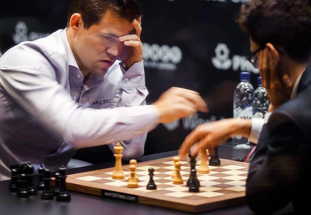 Magnus Carlsen (links) gegen Fabio Caruana  | Foto: dpa