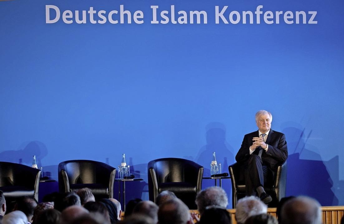 Horst Seehofer stellt sich der Debatte     Foto: DPA