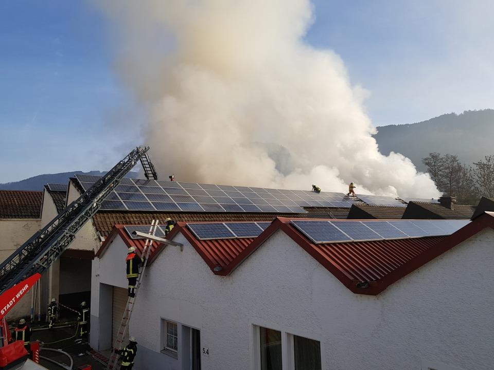Die Feuerwehr löscht mit zwei Drehleitern von oben.  | Foto: Feli Held
