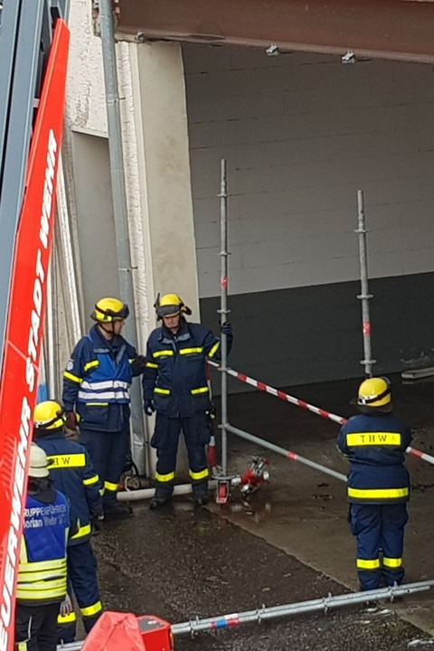 Das THW versucht, das Dach abzustützen.  | Foto: Felix Held