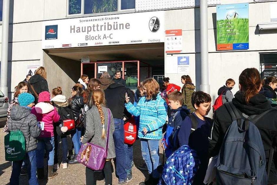 Treffpunkt Eingang Haupttribüne (Foto: Claudia Fürderer)