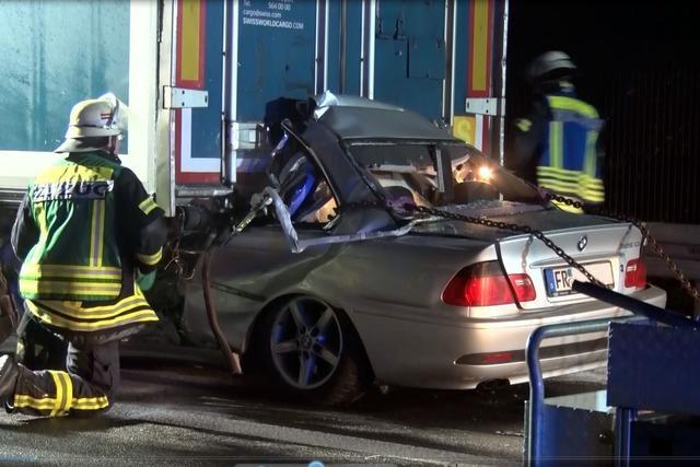 BMW mit sehr hoher Geschwindigkeit auf Lkw aufgefahren – Fahrer tot