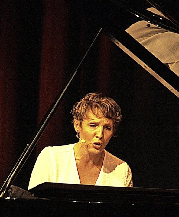 Joanne Calmel interpretierte französische Chansons in der Riegeler Kumedi.  | Foto: Christiane Franz