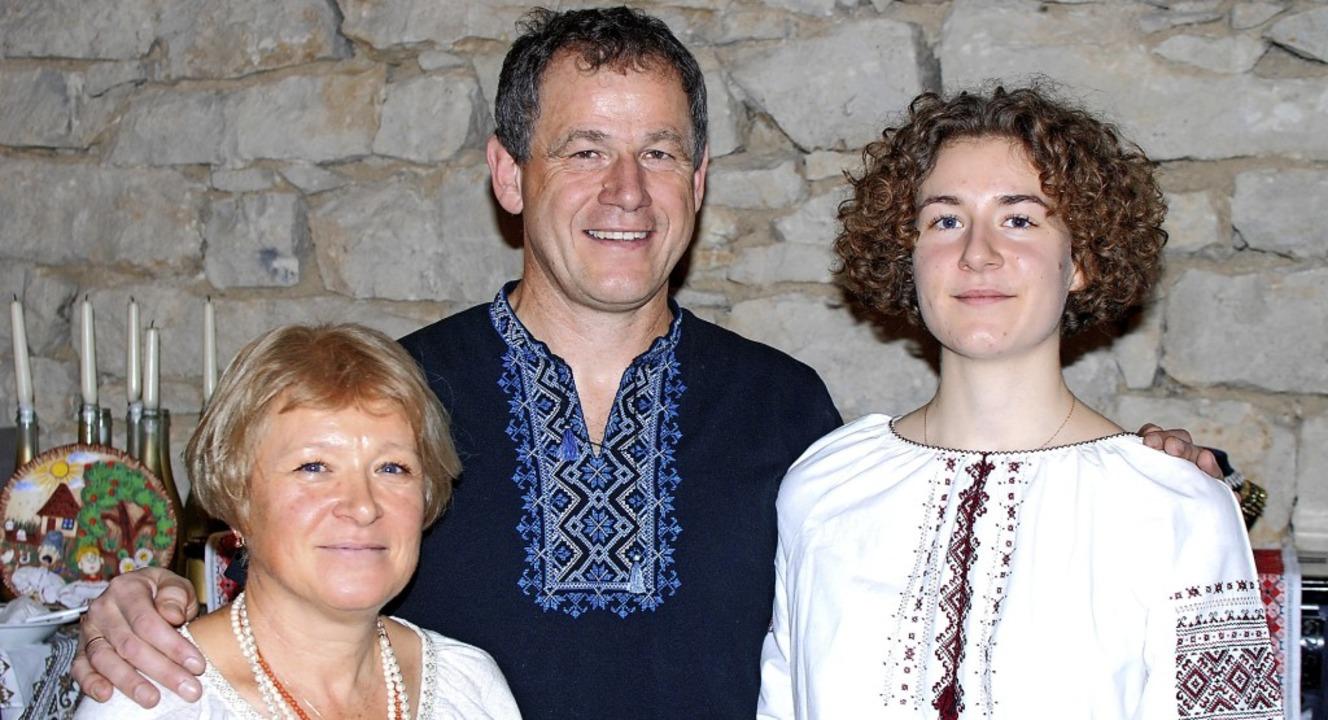 Olena, Udo und Sophia Pfistner sprachen über ihre zweite Heimat.   | Foto: Louis Gross