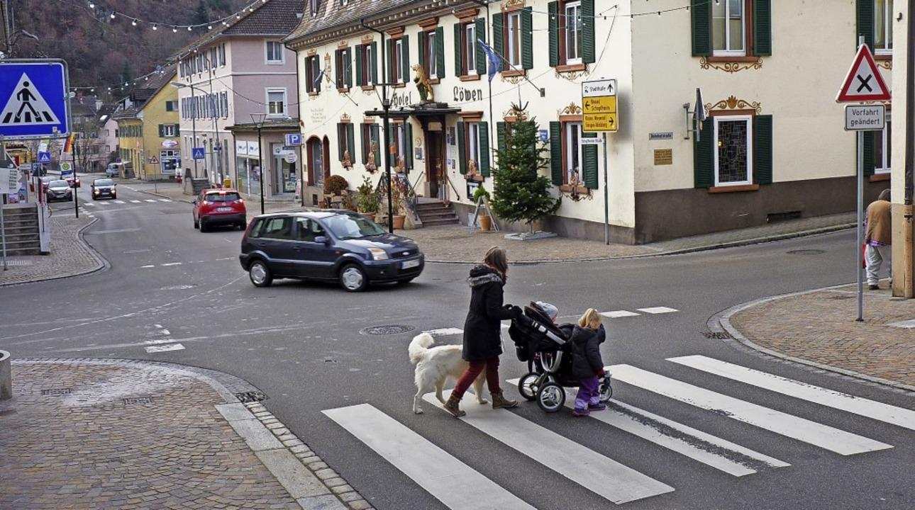Die Löwenkreuzung in Zell: In Kürze wi...traße werden Stoppschilder angebracht.    Foto: Sattelberger