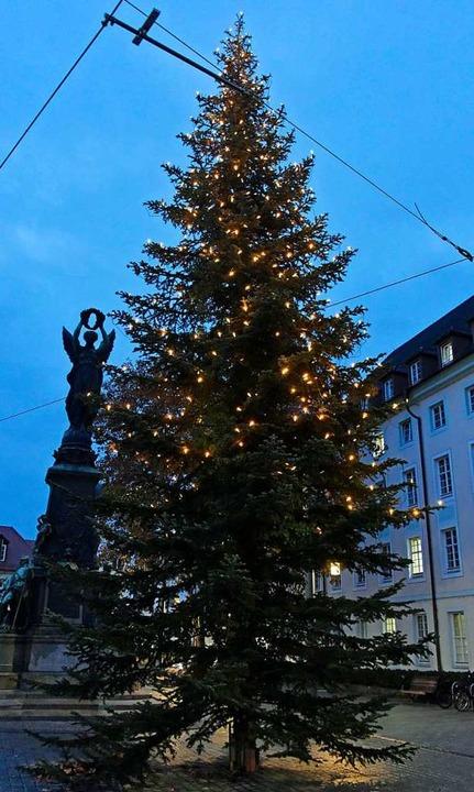 Oben ist Licht, unten leider nicht: de...teln beleuchtete Baum vom Europaplatz.    Foto: Michael Bamberger