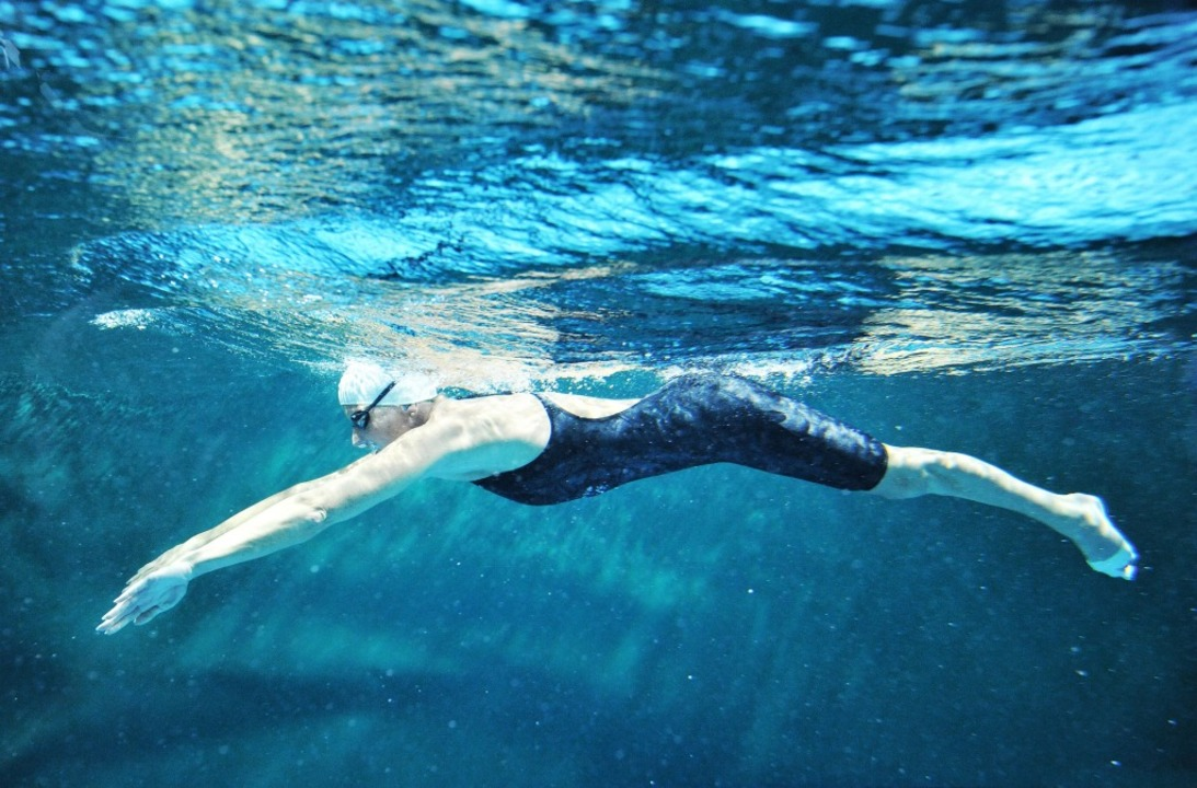 Kirsten Bruhn im Schwimmbecken.   | Foto: Olaf Ballnus/Parapictures