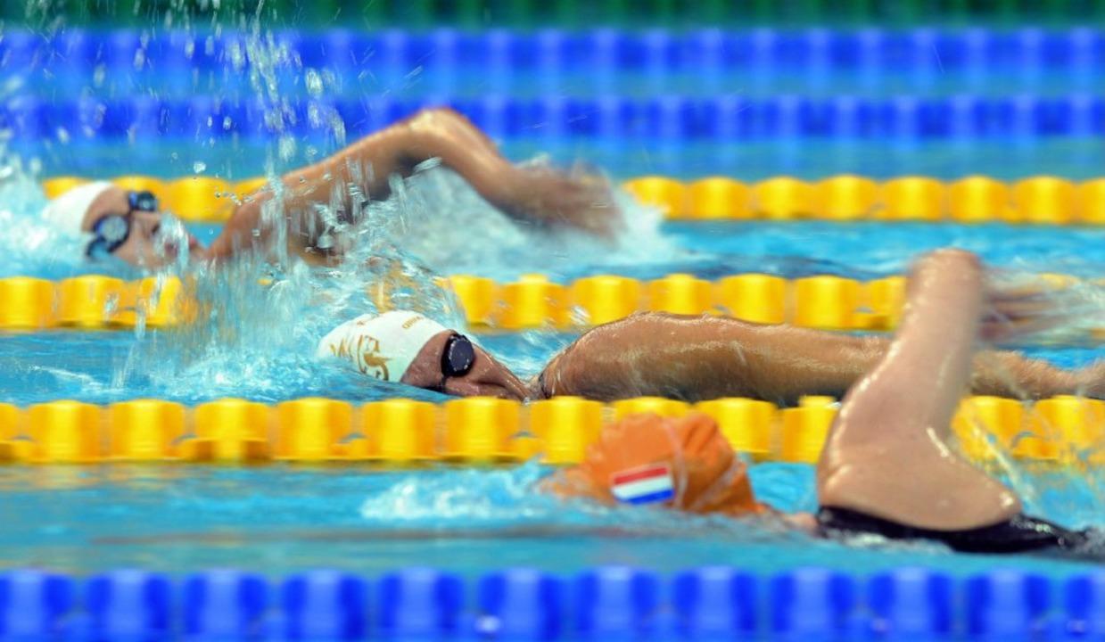 Kirsten Bruhn im Schwimmbecken.  | Foto: dpa