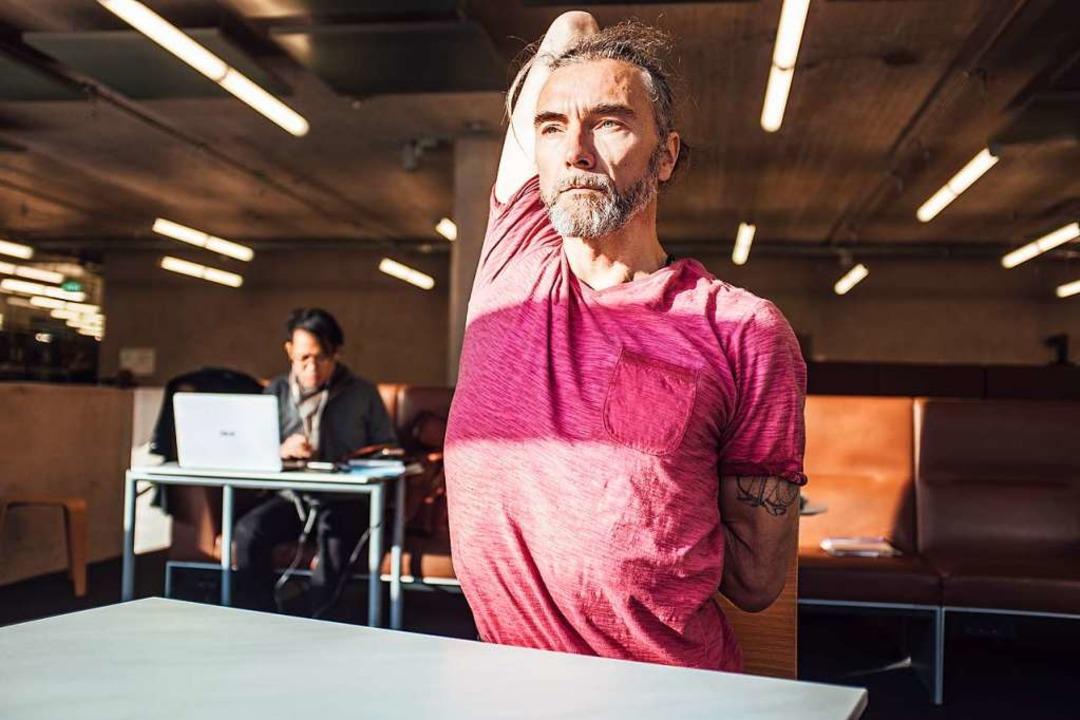 Stephan Brakmann ist Yogalehrer in Fre...chen Lernphasen in der UB machen kann.  | Foto: Fabio Smitka