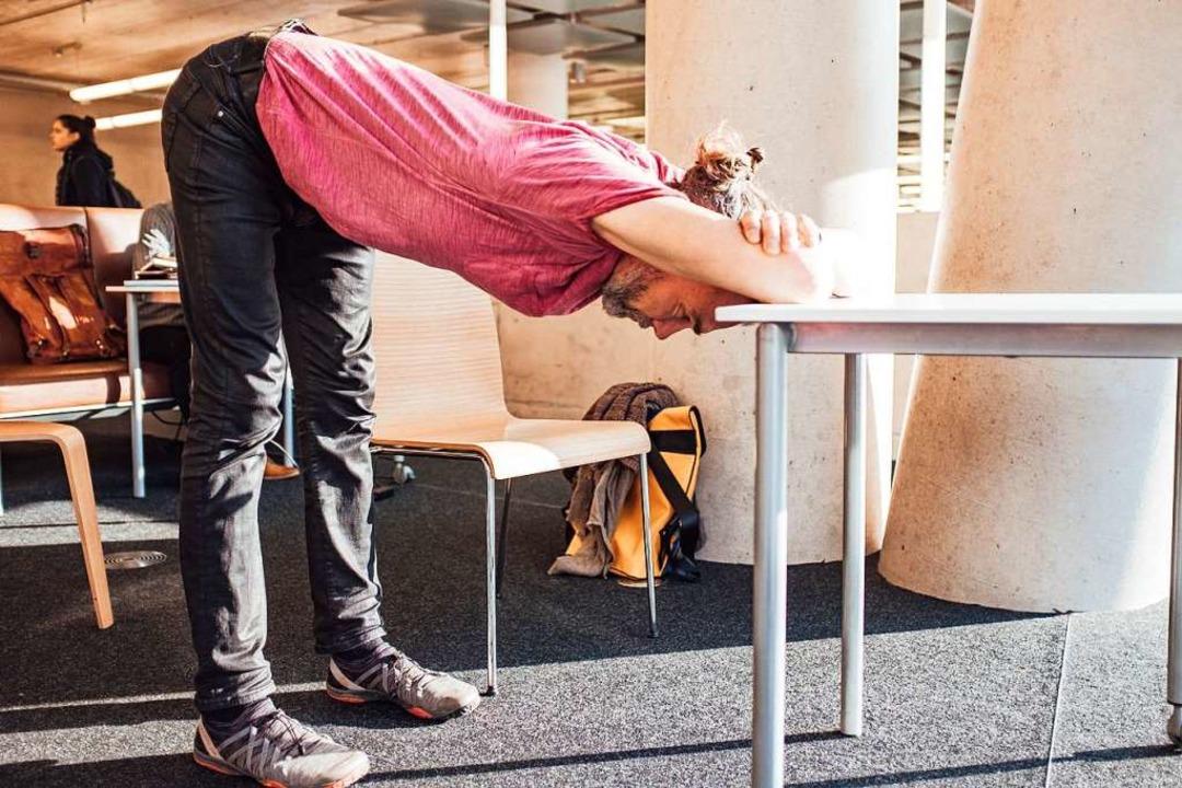 Fersen unter die Hüften stellen, sodas...rehen. Die Stirn ruht auf dem Tisch...  | Foto: Fabio Smitka