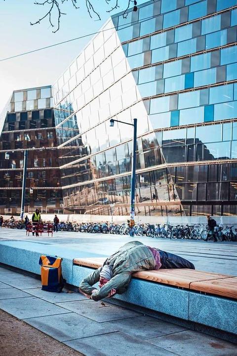 Yogaübungen lassen sich auch draußen vor der UB machen.  | Foto: Fabio Smitka