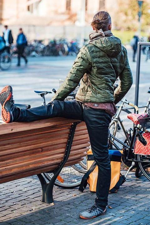 Rechte Ferse drückt auf die Bank, linke Ferse steht fest im Boden.  | Foto: Fabio Smitka