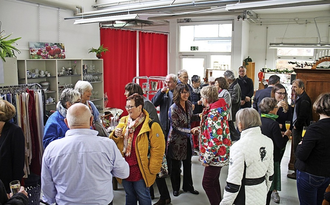 Geladene Gäste drängten sich bei der E...Waren zu niedrigen Preisen angeboten.   | Foto: Anja Bertsch