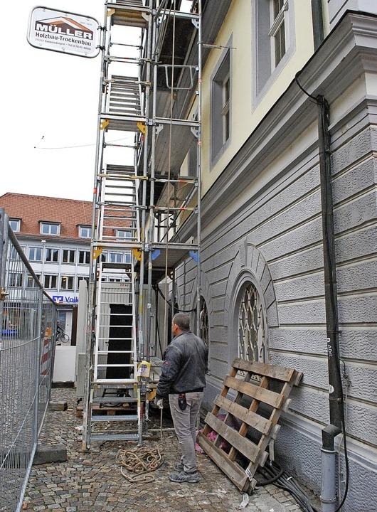 Material wird von außen ins die Obergeschosse transportiert  | Foto: Jahn