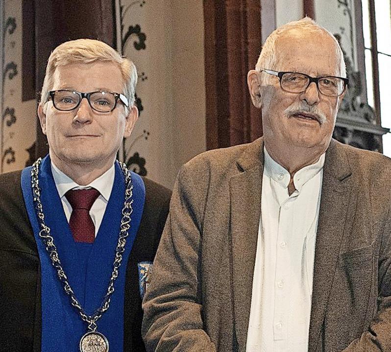 Professor  Walter Leimgruber (links) z... Schneider mit der Ehrenpromotion aus.  | Foto: Universität Basel/Christian Flierl