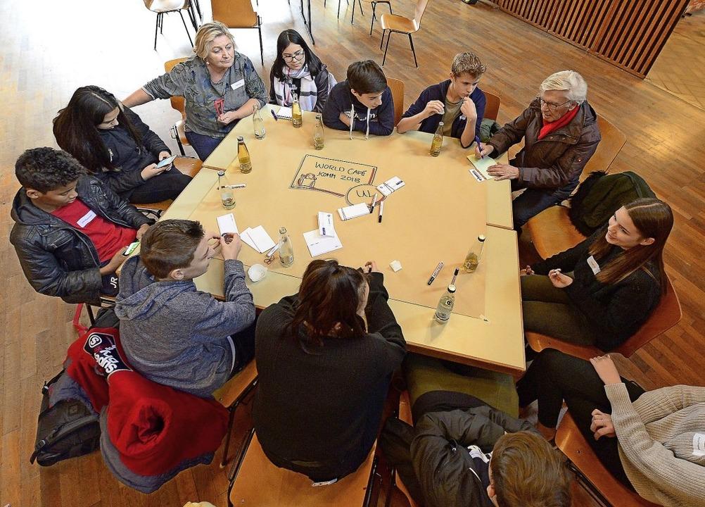 Jugendliche diskutieren mit Stadträtin...cherheit,   Wohnraum und vieles mehr.   | Foto: Ingo Schneider