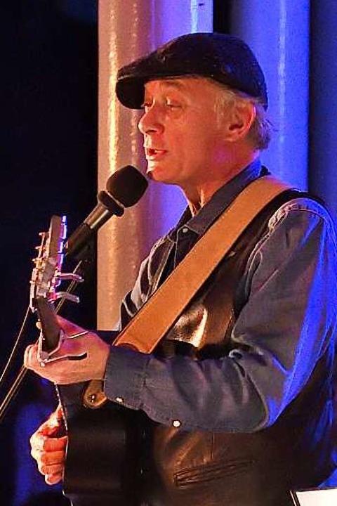 Florian Schneider ist Liedermacher aus dem Baselland.  | Foto: Rolf Hoesli       CH-4434