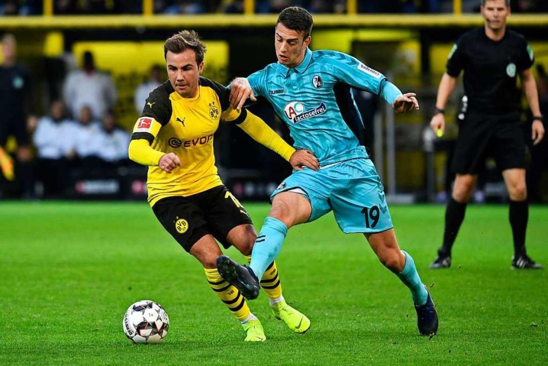 Janik Haberer (r.) versucht sich hier gegen Mario Götze durchzusetzen.  | Foto: dpa