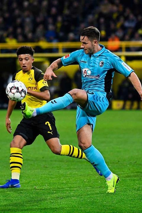 Auch Christian Günter (r.) muss diesma...eln Günter dauerhaft in der Defensive.  | Foto: dpa