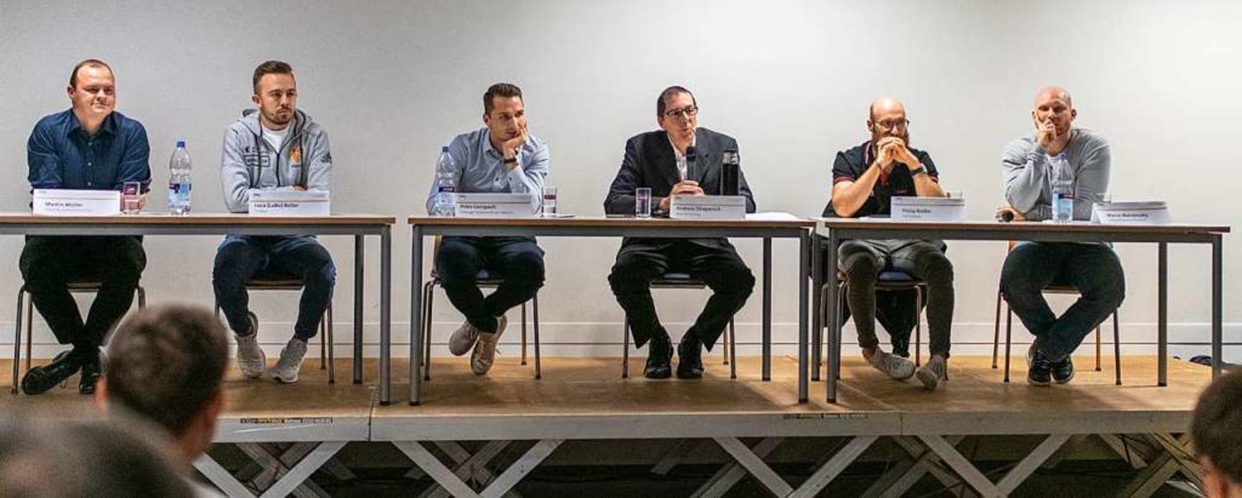 Das Podium beim E-Sport-Talk in der Sp...le und Sozialarbeiter Marco Marsovszky  | Foto: Patrick Seeger