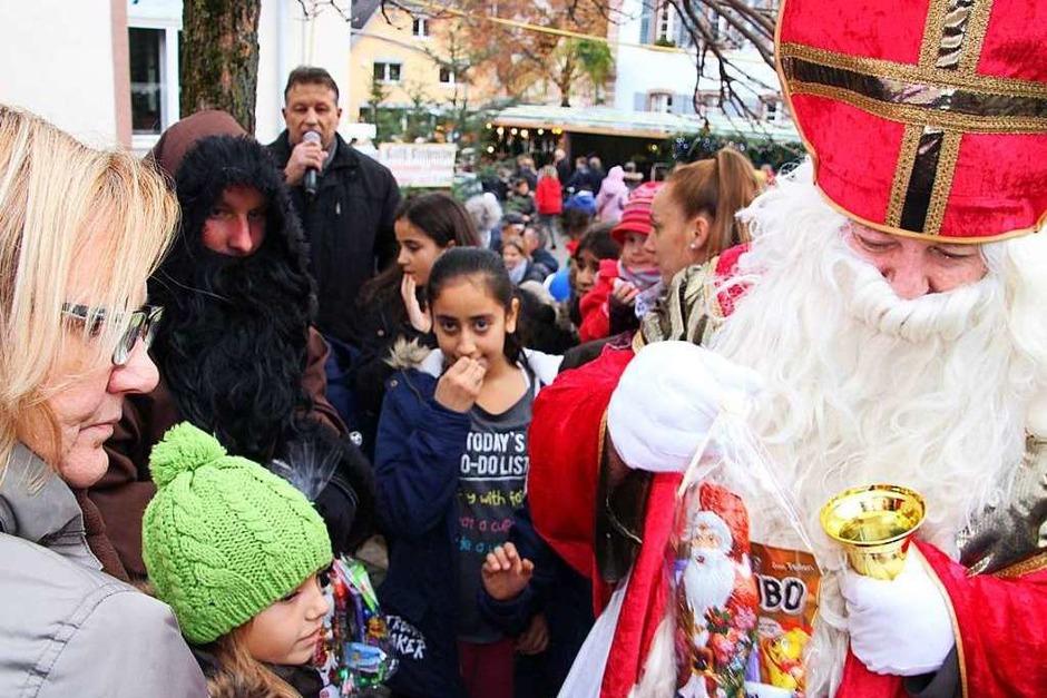 Weihnachtsmarkt in Herbolzheim: Bescherung für die kleinen Besucher (Foto: Werner Schnabl)