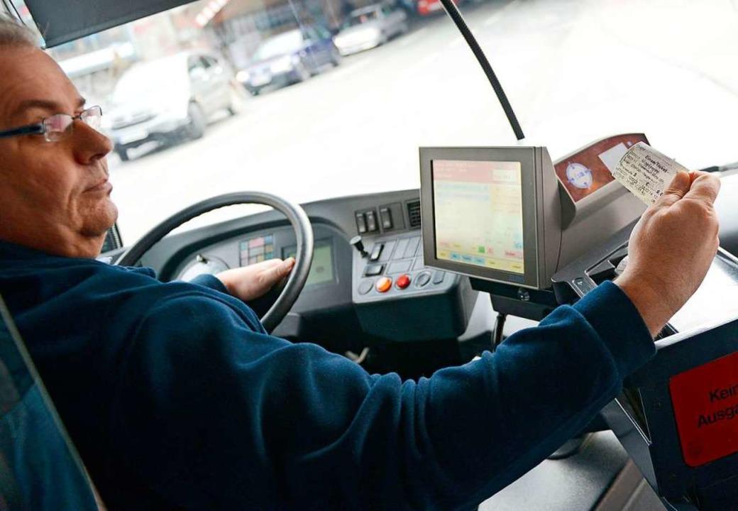 In Bussen kontrollieren in der Regel  ... ob  Fahrgäste gültige Tickets haben.   | Foto: dpa