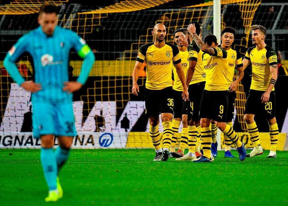 Am Ende konnten Christian Günter (link...em Dortmunder Druck nicht standhalten.  | Foto: afp