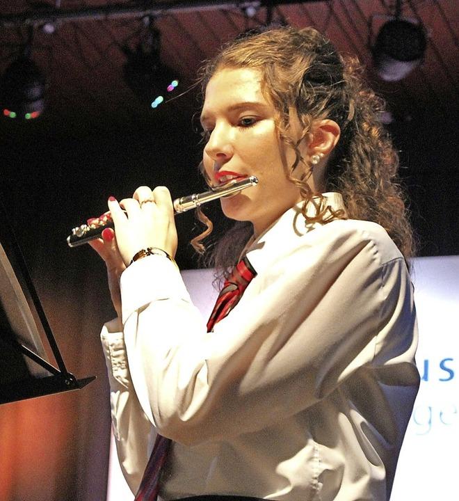 Seline Sutter begeisterte mit  Quer- und Piccoloflöte das Publikum  | Foto: Rolf Reißmann