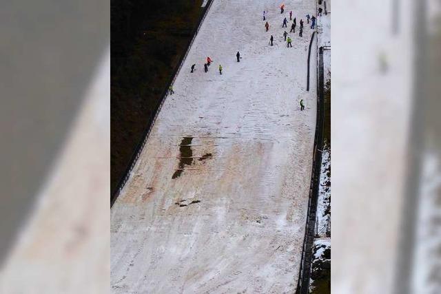 400 Kubikmeter Schnee rutschen von der Hochfirstschanze