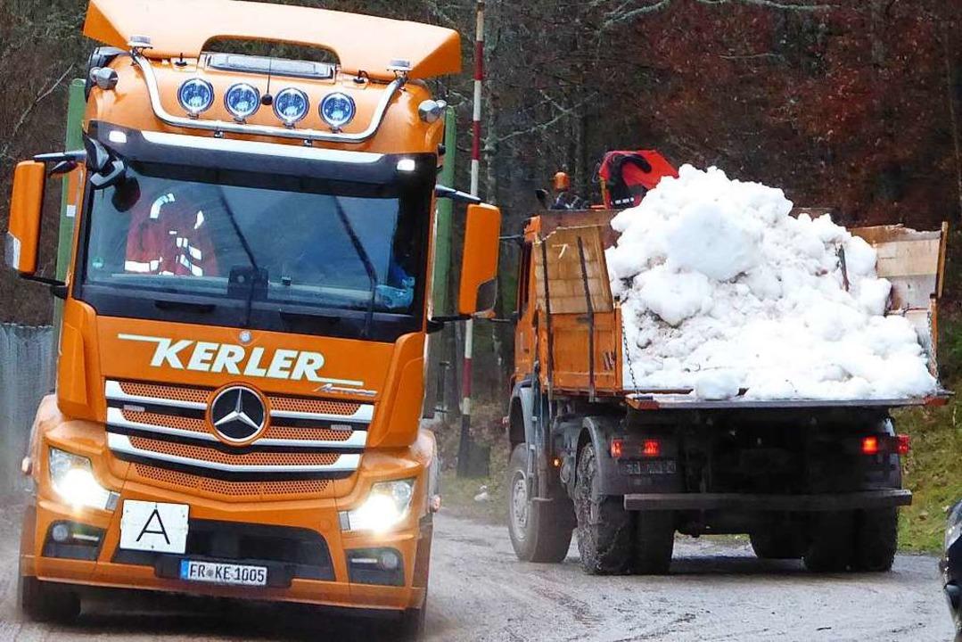 Voll geht, leer kommt: Erneuter Schneetransport an die Schanze.  | Foto: Peter Stellmach