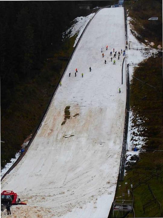 Von 50 Meter (oben) bis auf 135 Meter ...r größte Schaden schon wieder behoben.  | Foto: Peter Stellmach