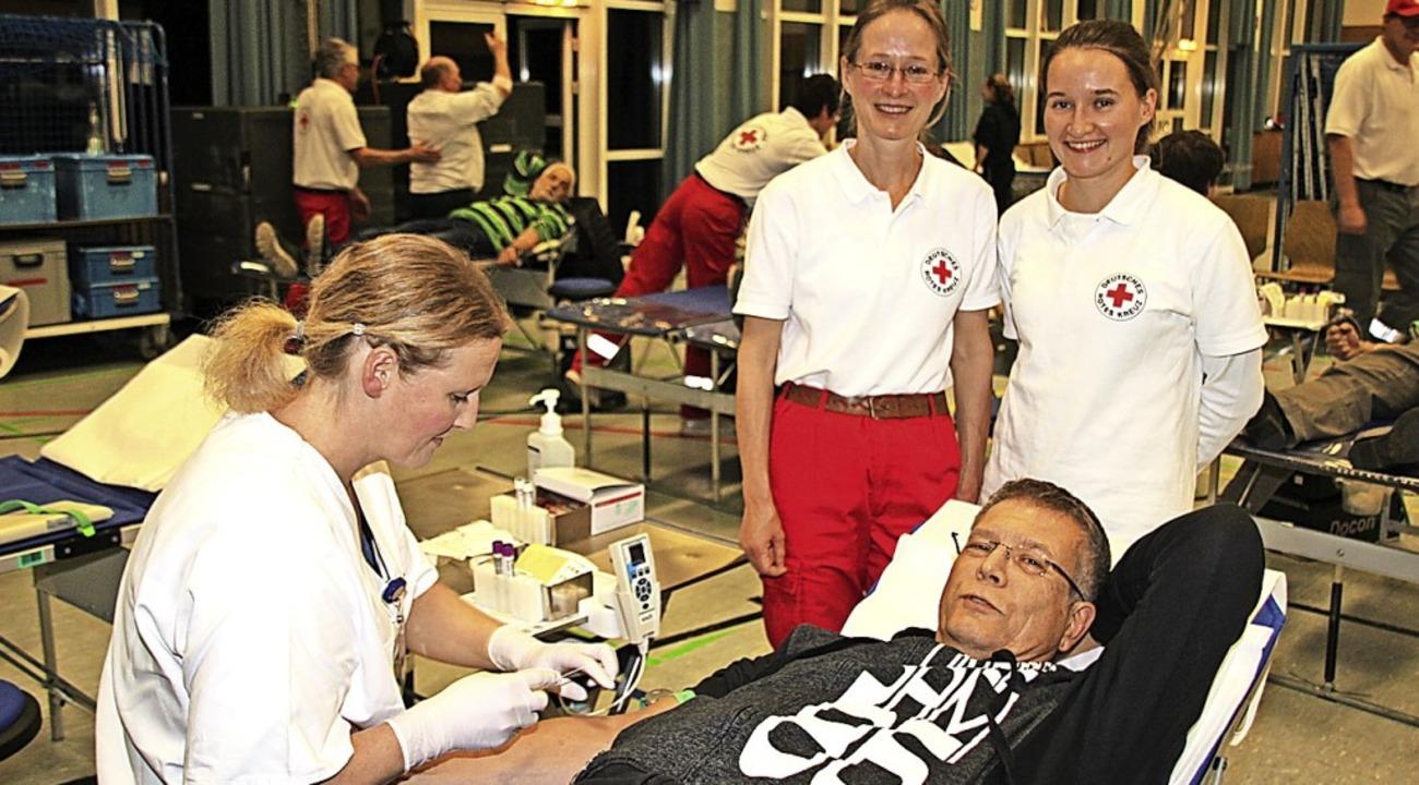 Spender Martin Sedat mit Krankenschwes...svereins, Claudia und Isabel Prucker.   | Foto: Schöneberg