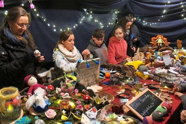 Nikolaus kommt ohne Kostüm und Sack zum Weihnachtsmarkt