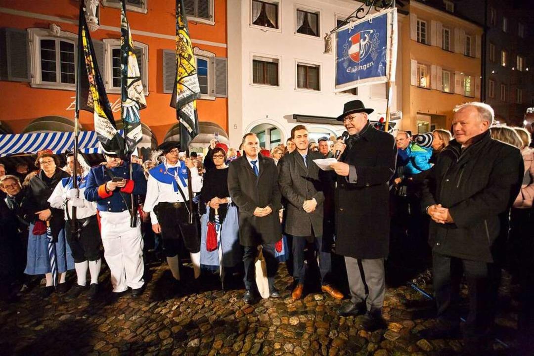 Amtsinhaber Hans-Joachim Schwarz gibt ...neuer Endinger Bürgermeister bekannt.   | Foto: Martin Wendel