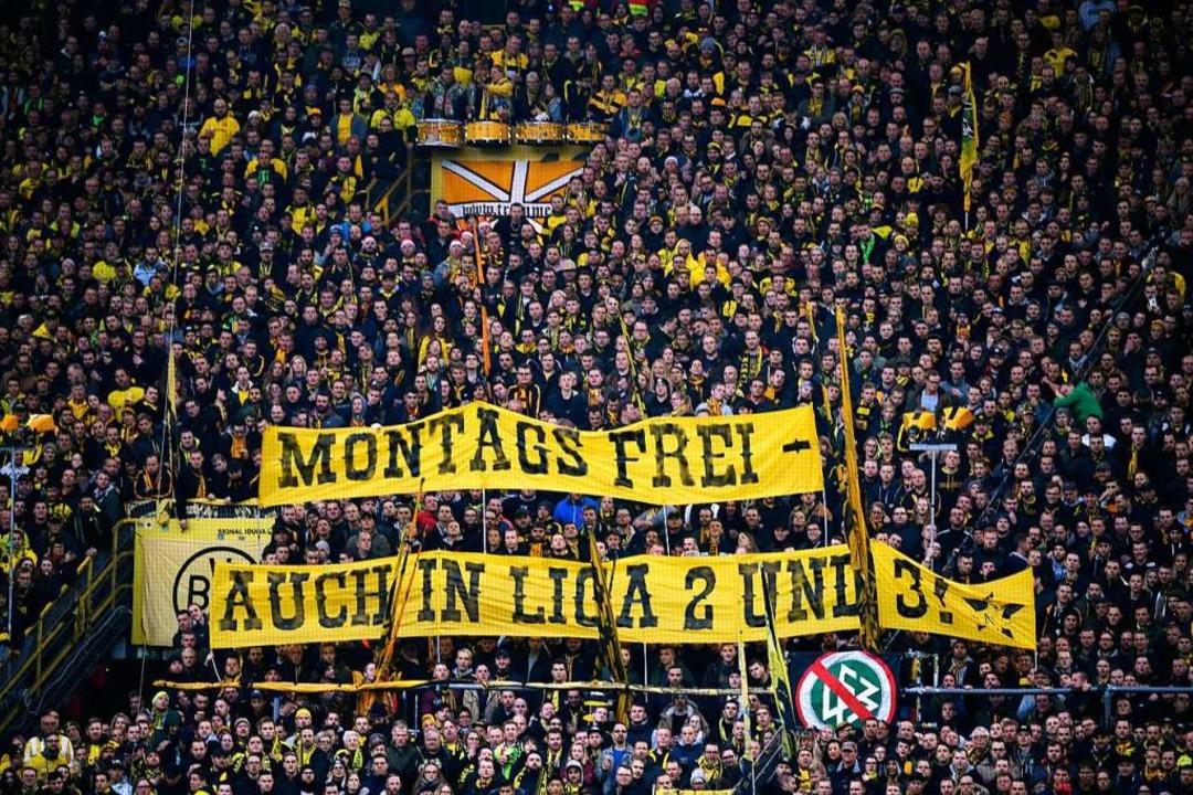 BVB-Fans protestieren gegen Spiele am ...en ihre eigenen  Borussia-Mitstreiter.  | Foto: dpa