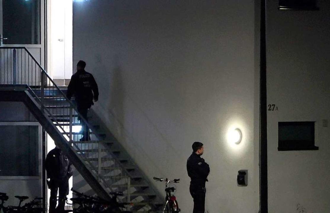 Polizisten betreten eine Unterkunft fü...Sonntagabend tot dort gefunden worden.  | Foto: dpa