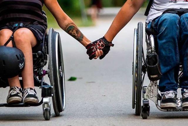 Junge Eltern Rollstuhl brauchen spezielle Ausstattung für ihr Baby