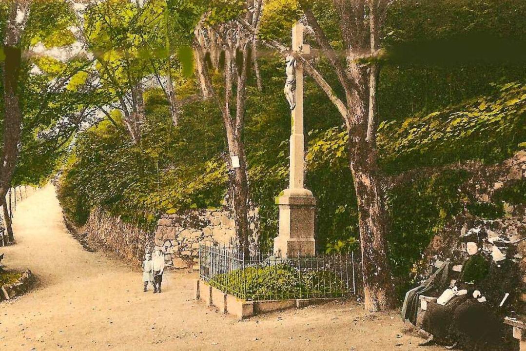 Viele, oft nachkolorierte, Ansichtskar...en den Platz mit dem steinernen Kreuz.    Foto: Archiv Hans Sigmund